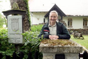 Katja Kammer vor dem Forstamt Grunewald